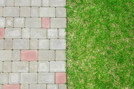 Pflasterstein und Rasenfläche