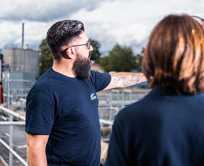 Mitarbeiter der Stadtwerke erklärt Anlage auf dem Klärwerk